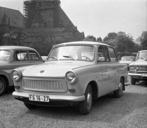 """ADN-ZB/Ludwig, 19.6.1975 Autotypen: """"Trabant 601"""" Er ist der Nachfolger des """"Trabant 500"""". Die Karosseriebekleidung ist aus Duroplast. Hersteller: VEB Sachsenring-Automobilwerke Zwickau. 600 ccm, 26 DIN-PS, der Wagen hat sich im Inland und im soz. Ausland einen würdigen Platz im PKW-Angebot erobert."""