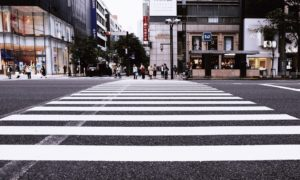 pieszy na przejściu