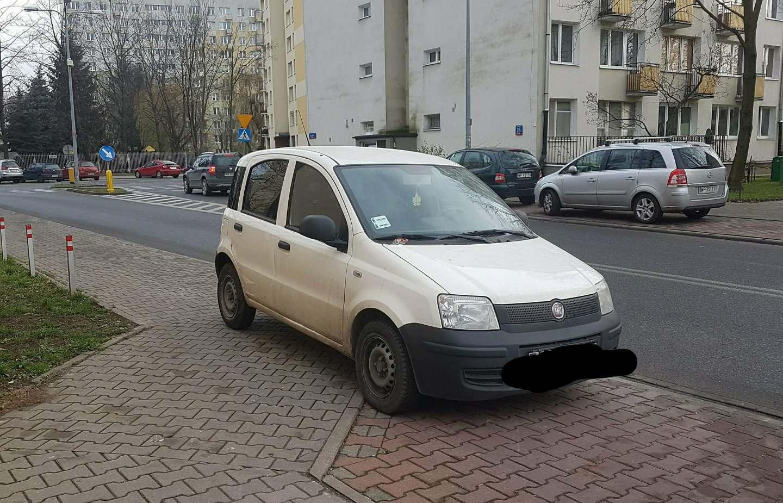 Anna - Parkowanie pół na pół - pół chodnika, pół parkingu. Warszawa