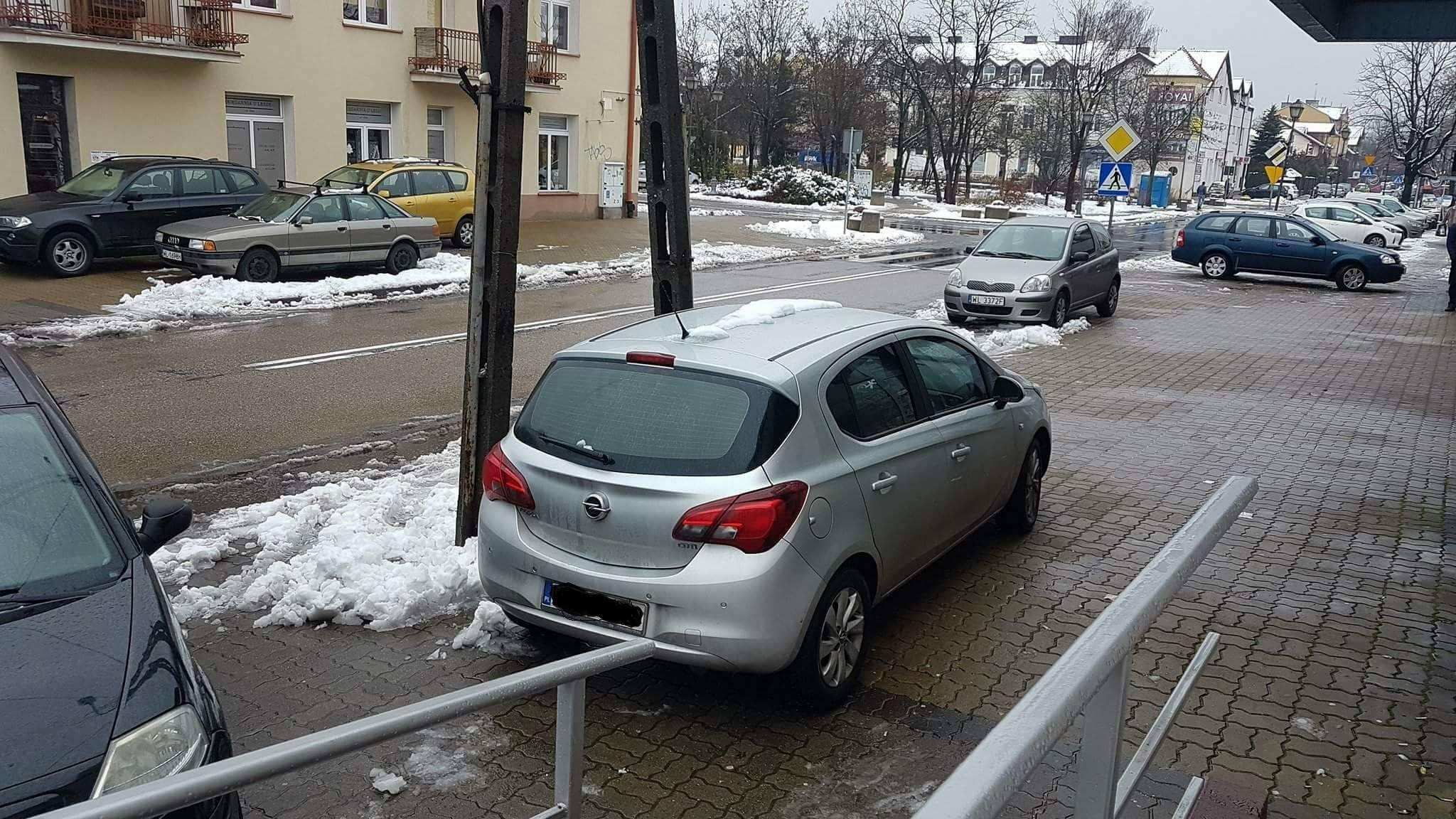 Marek - Po co pieszym chodnik, po co zjazd dla wózków skoro i tak nie ma jak z nich skorzystać. Lepiej postawić samochód bo brak miejsc parkingowych.