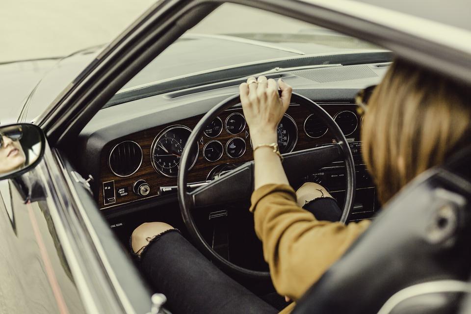 Palenie papierosów podczas jazdy samochodem