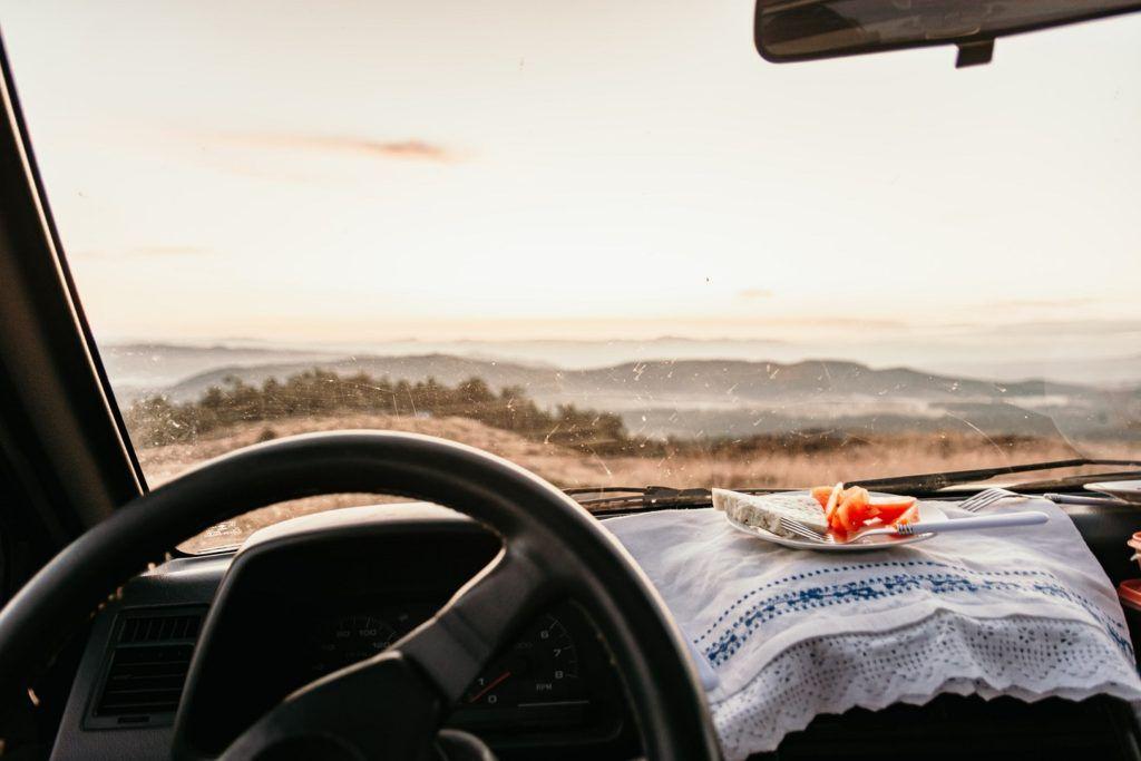 jedzenie i picie podczas jazdy